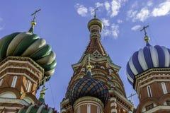 Kupolerna av domkyrkan för St-basilika` s Ryssland Moskva, röd fyrkant Arkivfoton