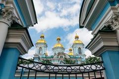 Kupolerna av templet i ramen av arkitektoniska beståndsdelar Nikolo-Epiphany sjö- domkyrka i St Petersburg, Ryssland arkivfoto