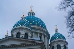 Kupolerna med kors av Treenighet det Troitsky domkyrkahelgonet Royaltyfria Foton