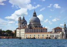 Kupolformig kyrka på den Venedig kanalen Royaltyfri Bild