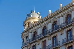 Kupolformiga kupol- och järnräcke på Barcelona byggnad Royaltyfri Bild