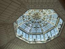 Kupolformigt tak med en takfönster royaltyfria foton