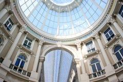 kupolgalleriaNederländernan passerar shopping Arkivbild