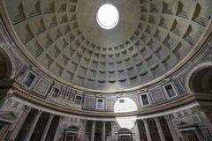 kupolitaly pantheon rome Insida beskådar Ray av den övergående throuen för solljus arkivfoto