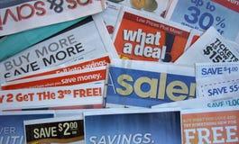 Kuponangebot mit Zeitung Stockfotografie