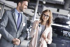 Kupować nowego samochód kobietą zdjęcie stock