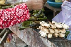 Kupować piec na grillu bananowego skewer w miejscowego rynku obraz royalty free