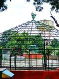 Kuppelförmiger Käfig in einem Park stockfoto