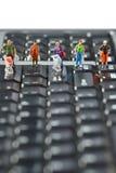 Kupujący ścigają się z wózek na zakupy na komputerowej klawiaturze Zdjęcia Royalty Free