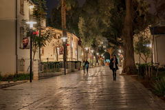 Kupujący Chodzi przy nocą Tel Aviv - sylwetki - Obraz Royalty Free