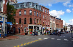 Kupujący i turyści na pierwszy plan ulicie w Portland, Maine Zdjęcie Stock