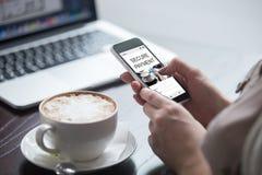 Kupujący kobieta płaci online fotografia royalty free