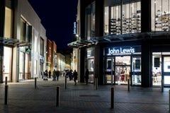 Kupujący przy nocą Na zewnątrz John Lewis zdjęcie stock