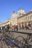 Kupujący w pogodnej Środkowej alei, Harbin, Chiny fotografia stock