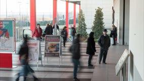 Kupujący wchodzić do centrum handlowe i opuszcza zbiory wideo