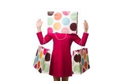 Kupujący dziewczyna w menchiach ubiera mienie plastikowych worki na whit Zdjęcie Royalty Free