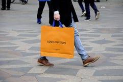 KUPUJĄCY Z LOUIS VUITTON torba na zakupy Zdjęcie Stock