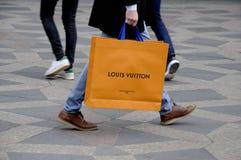 KUPUJĄCY Z LOUIS VUITTON torba na zakupy Obraz Stock