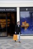 KUPUJĄCY Z LOUIS VUITTON torba na zakupy Zdjęcia Stock