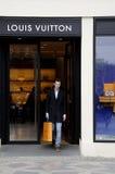 KUPUJĄCY Z LOUIS VUITTON torba na zakupy Fotografia Royalty Free