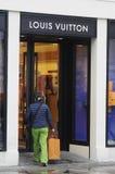 KUPUJĄCY Z LOUIS VUITTON torba na zakupy Zdjęcie Royalty Free