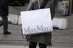 KUPUJĄCY Z MAXMARA torba na zakupy Zdjęcie Royalty Free