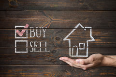 Kupuje dom pisać na drewnianych deskach lub sprzedaje Zdjęcie Royalty Free