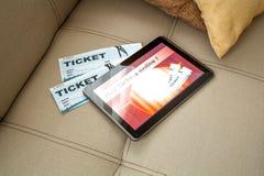 Kupuje Kinowych bilety online z pastylka pecetem Zdjęcie Royalty Free