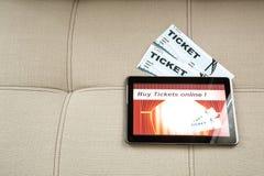 Kupuje Kinowych bilety online z pastylka pecetem Zdjęcia Stock