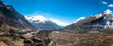Kupup谷全景风景在多云天空,锡金下 免版税库存照片