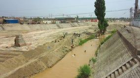 Kuqa-Kinderschwimmen in Fluss stock video