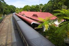 Kuranda järnvägsstation med drevet på plattformen arkivfoto