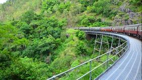 Kuranda scenisk järnväg som rundar en krökning i Queenland Australien royaltyfri bild