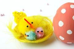Kurczątka i Wielkanocny jajko zdjęcia royalty free