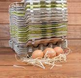 Kurczaków jajka przeciw stercie puści miąższowi jajeczni kartony obrazy royalty free