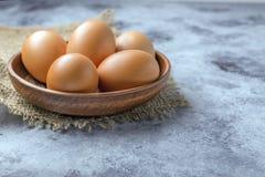 Kurczaków jajka w ceramicznym pucharze na stole Pożytecznie produkt - mnóstwo proteina i wapnie obraz stock