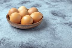 Kurczaków jajka w ceramicznym pucharze na stole Pożytecznie produkt - mnóstwo proteina i wapnie zdjęcia royalty free