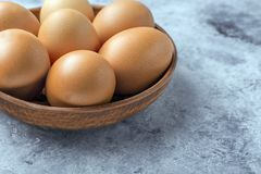 Kurczaków jajka w ceramicznym pucharze na stole Pożytecznie produkt - mnóstwo proteina i wapnie obraz royalty free