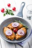 Kurczaków cutlets w kukurydzanych płatkach zdjęcia royalty free