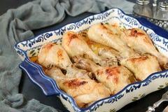 Kurczaków drumsticks piec w śmietanki i soj kumberlandzie w ceramicznej formie na ciemnym tle zdjęcia stock