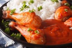 Kurczaków drumsticks piec z kumberlandem i Sriracha ryż garnirują cl obrazy royalty free