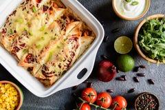 Kurczaków enchiladas z korzennym pomidorowym kumberlandem, kukurudzą, fasolami i serem, Obrazy Royalty Free