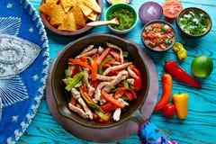 Kurczaków fajitas w niecki chili, stronach Meksykańskich i Fotografia Stock