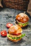 Kurczaków hamburgery na drewnianym tle zdjęcie royalty free