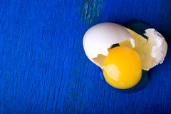 Kurczaków jajka na błękitnym drewnianym tle Odgórny widok rozbite jajko kosmos kopii Zdjęcia Stock