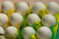 Kurczaków jajka w barwiony papierowy życzliwy pakować z dekoracyjnym sizalem Zakończenie fotografia, makro- Wielkanocny tła jedze Fotografia Royalty Free