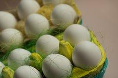 Kurczaków jajka w barwiony papierowy życzliwy pakować z dekoracyjnym sizalem Zakończenie fotografia, makro- Wielkanocny tła jedze Obraz Royalty Free