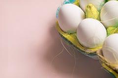 Kurczaków jajka w barwiony papierowy życzliwy pakować z dekoracyjnym sizalem Zakończenie fotografia, makro- Wielkanocny tła jedze Zdjęcia Stock