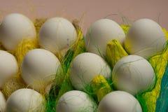 Kurczaków jajka w barwiony papierowy życzliwy pakować z dekoracyjnym sizalem Zakończenie fotografia, makro- Wielkanocny tła jedze Obraz Stock