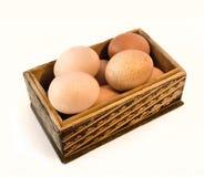 Kurczaków jajka w drewnianym pudełku Fotografia Royalty Free